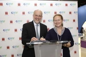 Signature d'une convention  entre ADEME et GRDF